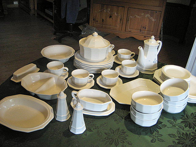 Pfaltzgraff Heritage Place Settings and Serving Accessories & Pfaltzgraff Heritage White Dinnerware Serving Set (76 pieces)